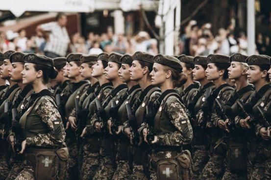 乌克兰阅兵最抢眼的不是大国重器,女兵让人动心,个个模特身材