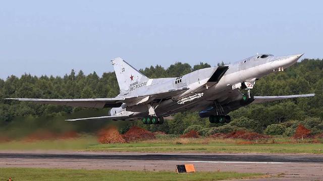 飞行员吹瓶伏特加,开124吨轰炸机空中发飙,吓得敌机调头就跑