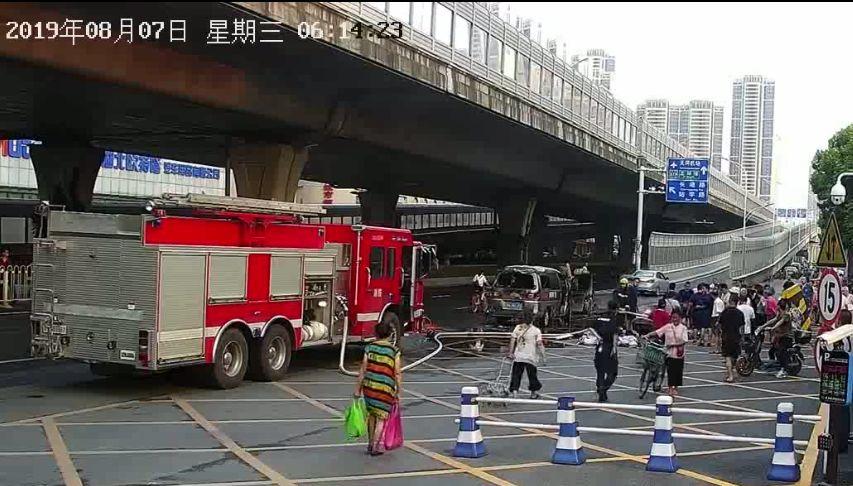 车辆街头爆燃!老婆一个举动使老公全身烧伤面积高达60%!