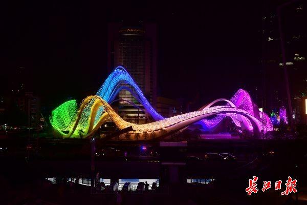 """光谷广场地标""""星河""""绽新颜,1.9万盏灯演绎15种全新效果"""