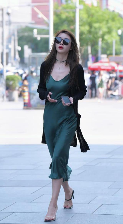 街拍:绸缎连衣裙上身尽显丝滑,30岁女人的独特韵味