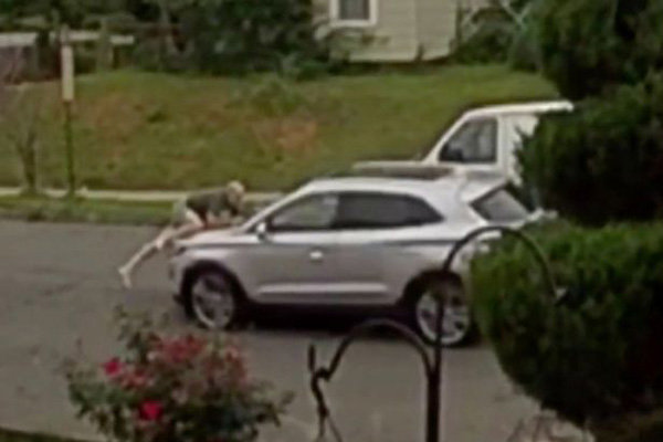 美国一五旬车主跳上引擎盖阻止汽车被盗 被甩下严重受伤