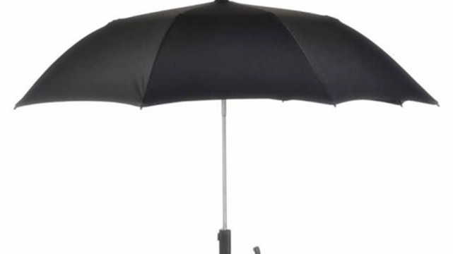 """国外帅小伙发明""""新型雨伞"""":不需手撑,走到哪雨伞就跟到哪!"""