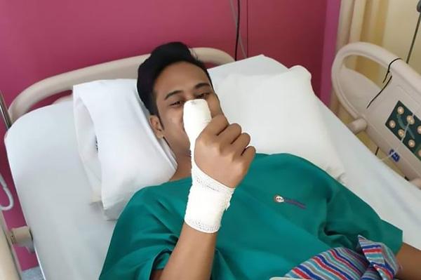 马来西亚一须眉用保护膜决裂手机玩游戏 碎片嵌动手指四个月