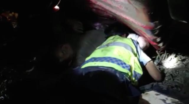 大货车高速翻车 驾驶员被压住无法动弹 交警徒手挖泥救人