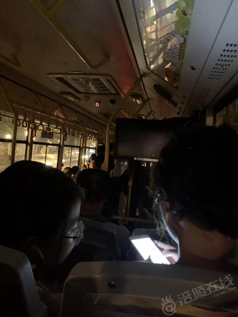 涪陵一公交车司机和乘客吵架,大晚上直接停车不开了!还说...
