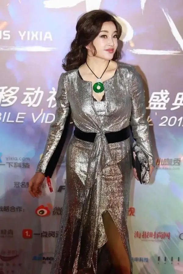刘晓庆脸垮到不能看,身材也走样,关键是这个岁数了却偏要扮嫩!