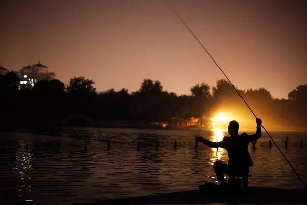 夏末秋初,夜钓这样上大鱼!_夜钓容易上大鱼吗