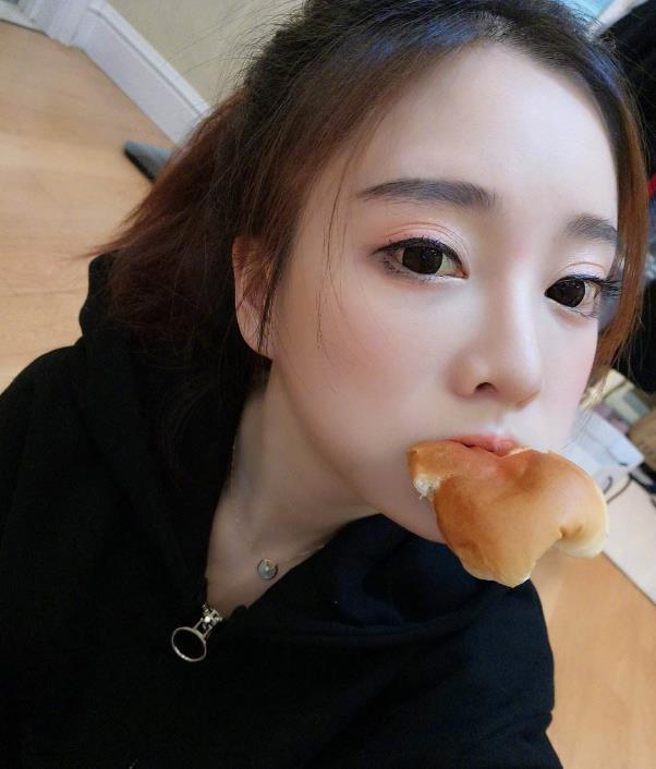 冯提莫韩国游玩,却被桌上的食物抢镜,网友 难怪身材这么好