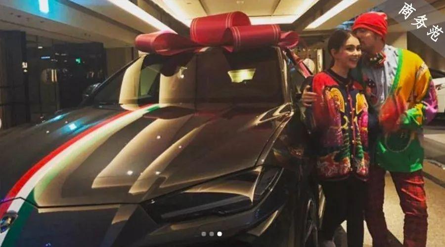 """原创            周杰伦送昆凌""""假铂金包"""",昆凌却送他300万真豪车,明星送车哪家强?"""