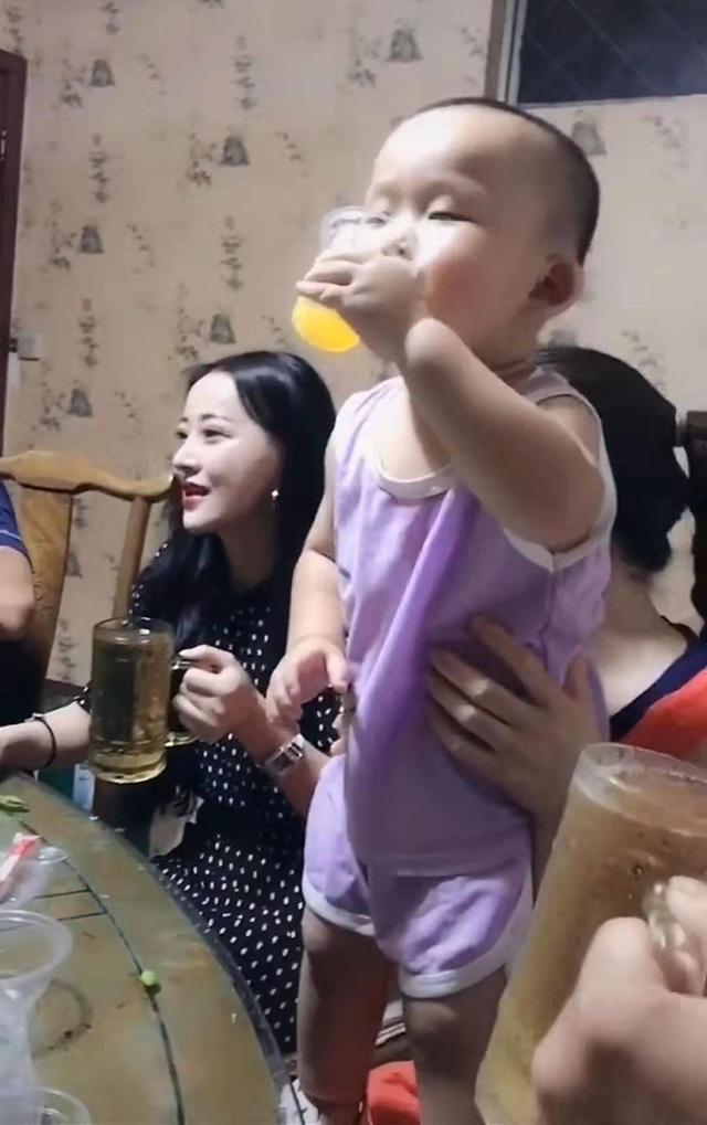 宝宝喝果汁喝出陈年老酿的味道,皱眉龇牙,笑翻网友:戏精附身了