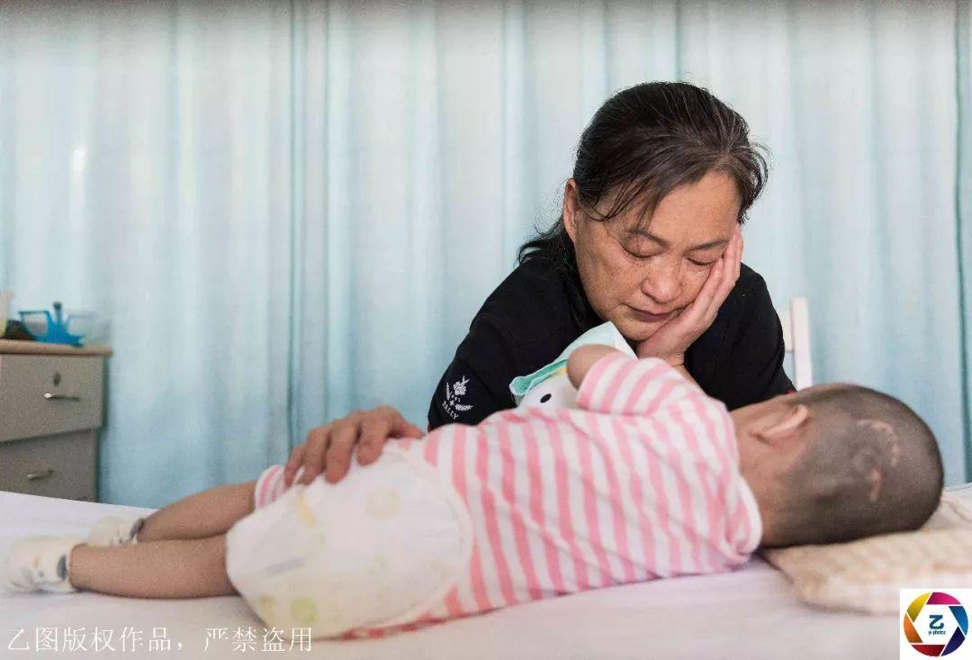 龙凤胎男孩患病去世,今女孩患病,奶奶流泪:她会随弟弟而去吗?