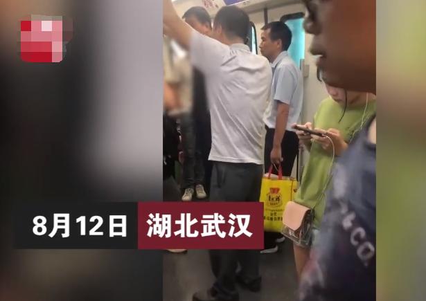 女子地铁上提醒男子小声一点,竟被对方一脚踹开,围观者冷漠避让