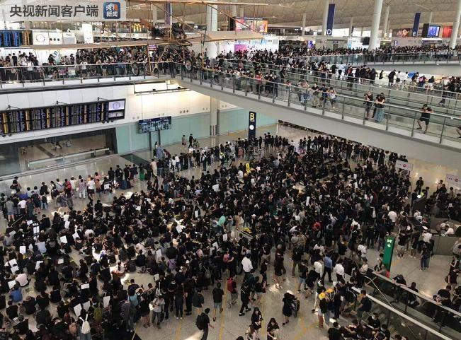 国泰承认:副机长向非法示威者通风报信