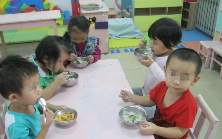 """[老师晒幼儿园午餐照,眼尖妈妈意外发现""""好吃的秘密"""",不淡定了]幼儿"""