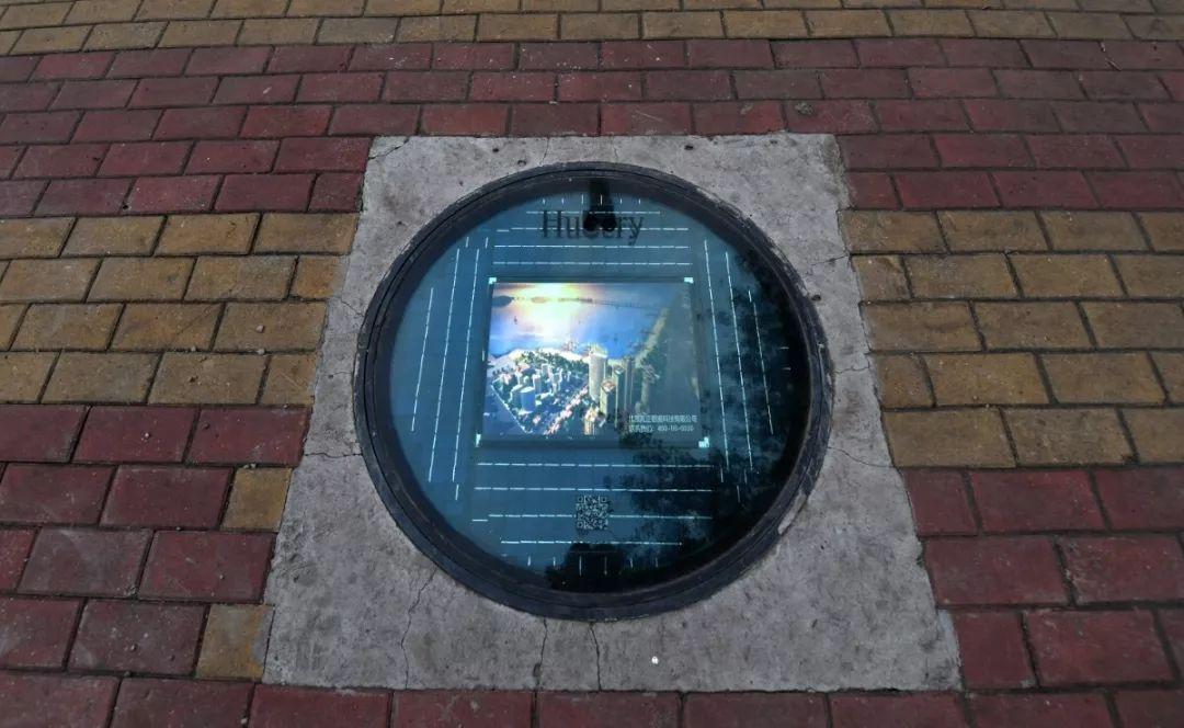 北京街头亮相科技范儿智能井盖 能看视频还能定位