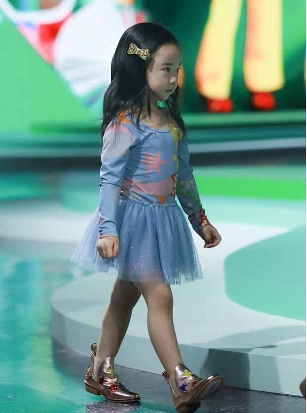 原创            众星小孩T台走秀,钟丽缇与佟大为女儿气场足,董璇女儿一脸委屈