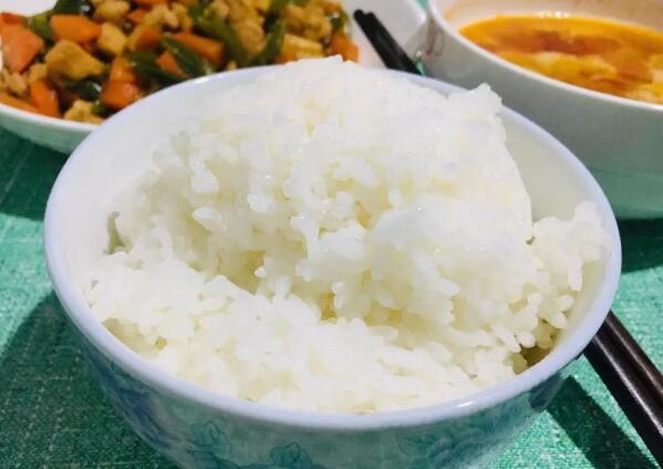 """大米市场""""鱼龙混杂"""",想要吃到又香又糯的米,还得看这4点"""