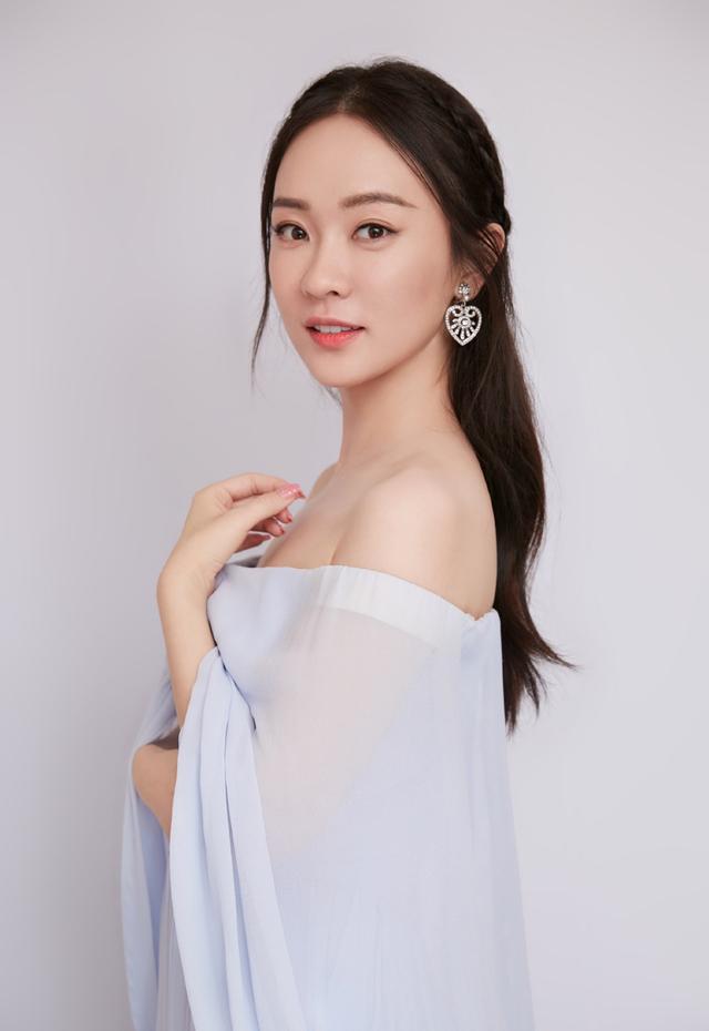 霍思燕穿蓝色纱裙仙气十足,配1万的水晶鞋,同框杜江就是小公主