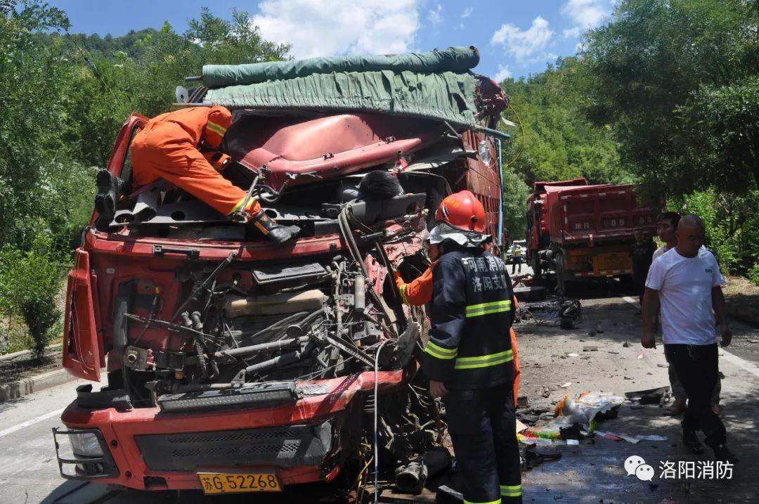 河南洛阳:货车相撞司机被困 消防迅速救援