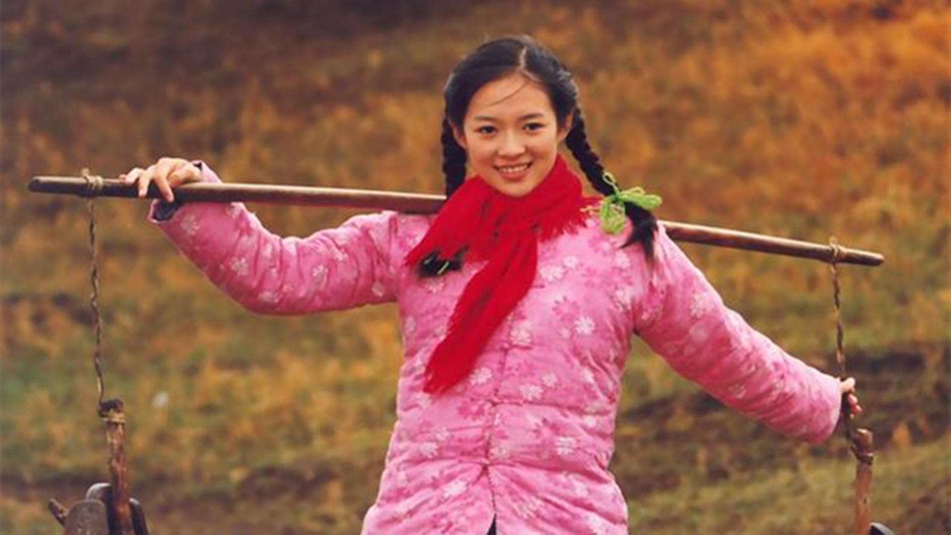 <b>电影中扮演村姑的演员,闫妮泼辣,刘亦菲大概是最有仙气的村姑了</b>