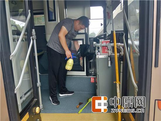 """郑州公交四公司车长齐上阵 为爱车洗澡""""净身"""""""