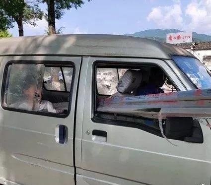 黄山:面包车如此上路!行人车辆纷纷避让!