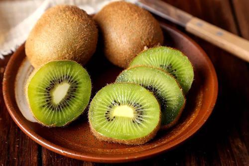 八月份吃什么水果?猕猴桃维C含量是苹果10倍,但不是人人都能吃
