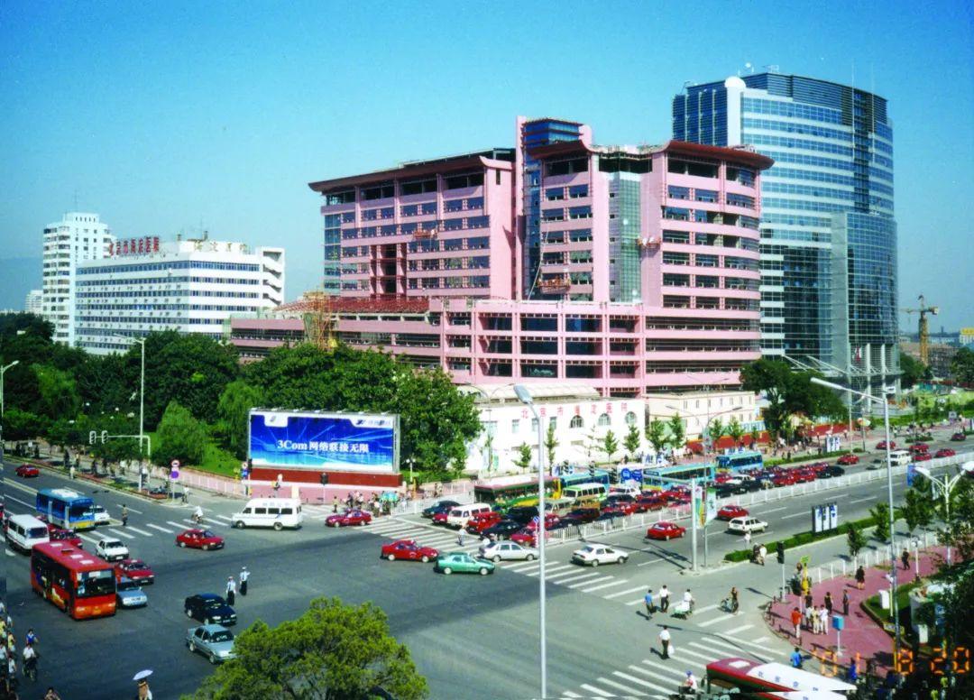 建成后,海淀医院的床位数量增至近千张,硬件水平在北京市区属医院里