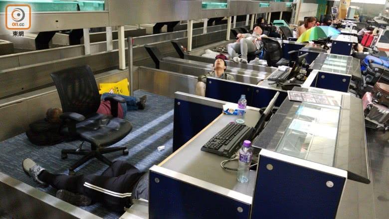 非法示威者再度霸占香港机场_旅客