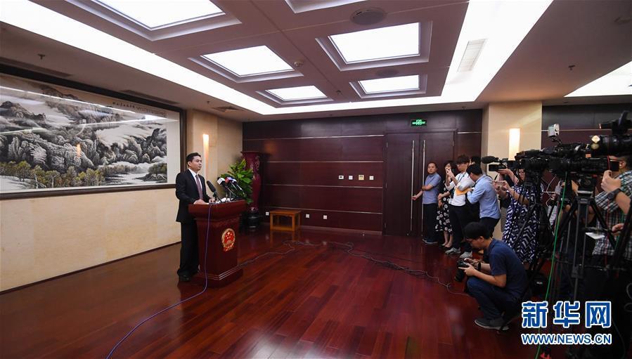 国务院港澳办发言人就香港极少数暴徒投掷汽油弹袭警予以严厉谴责