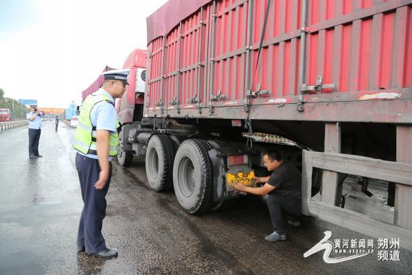 平鲁交警大队整治货车超载超限、不盖苫布等违法行为