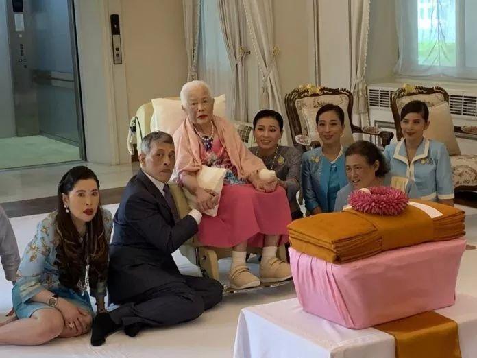 泰国王室发布诗丽吉王后最新照片,恭贺太后87岁华诞