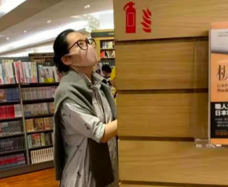 许晴素颜现身书店,无论颜值还是身形,都能看出她真老了!