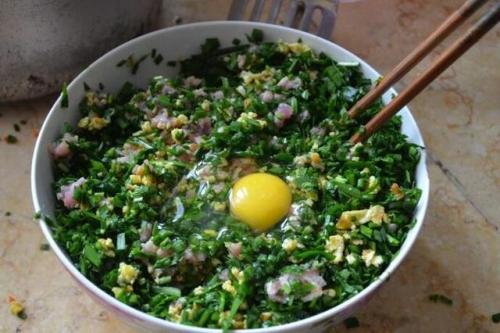包韭菜馅水饺不要直接拌,多加这一步,韭菜翠绿不出水 韭菜馅的饺子怎