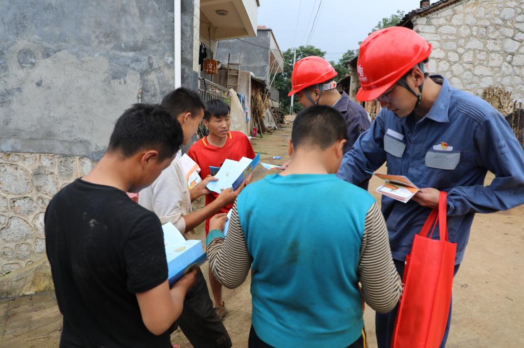 电力人走村串户为留守儿童上暑假安全用电课