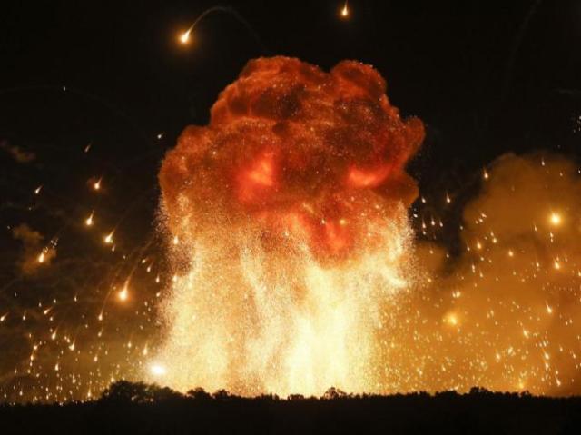 中东又不太平了!一朵蘑菇云腾空而起,美军火库遇袭发生剧烈爆炸