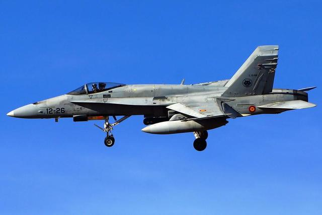 <b>国防部长专机遭遇拦截,俄苏27上演空中拼刺刀,北约军机落荒而逃</b>