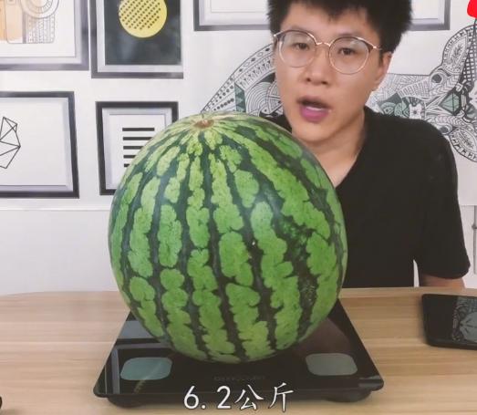 吃1个西瓜=吃了多少糖?男子将12斤西瓜榨汁熬成糖,结果让人傻眼