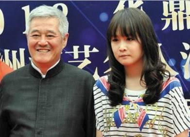 女儿拍戏浮夸做作,62岁赵本山重感冒还拍淋雨戏示范什么是好演员