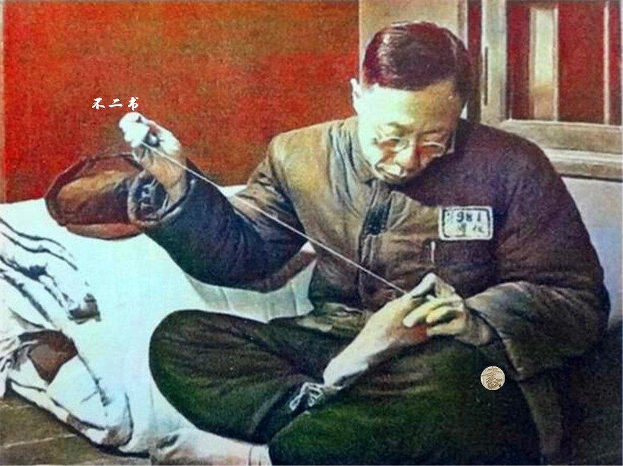 上色老照片:清末帝溥仪在战犯所的生活,像普通人一样洗衣缝裤