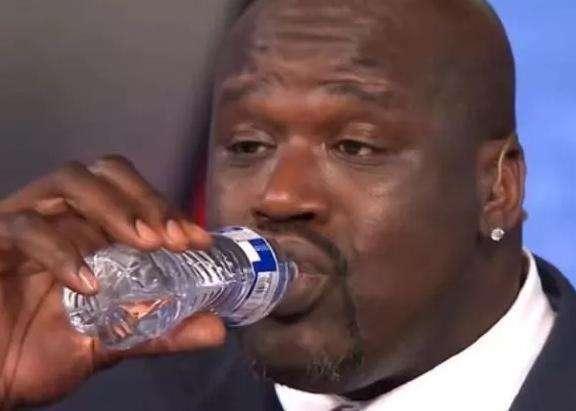 NBA球星喝水有多霸气?詹姆斯3秒干一瓶!伊巴卡比奥胖还强