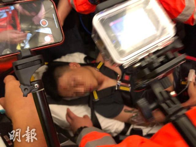 暴徒在香港机场霸凌不明身份内地旅客,专家:这是恐怖主义