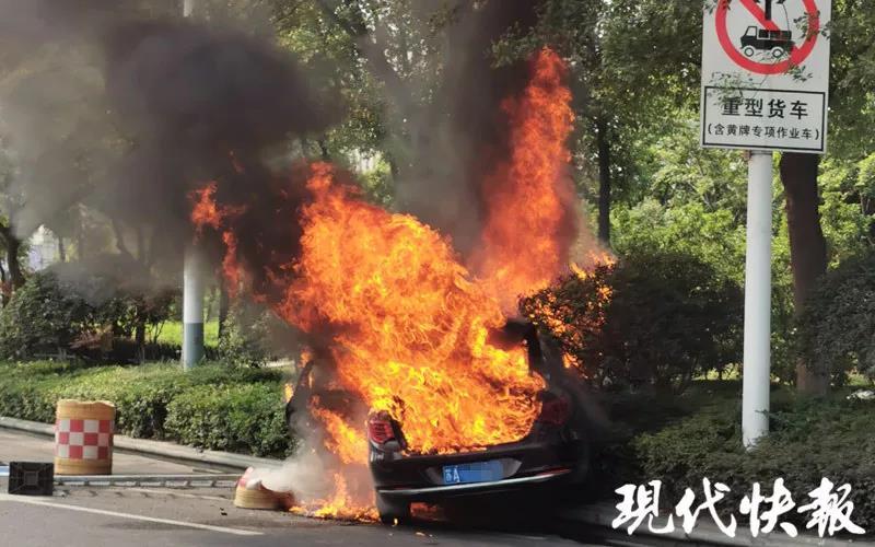 南京一網約車起火致1死1傷,刑偵部門已介入調查_河西