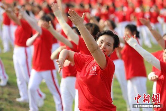 南京浦口举办第三届广场舞大赛 千人起舞荷塘边