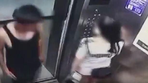 电梯刚开门,男子手握下体走到跟前,女孩吓坏夺路而逃,赶紧搬离
