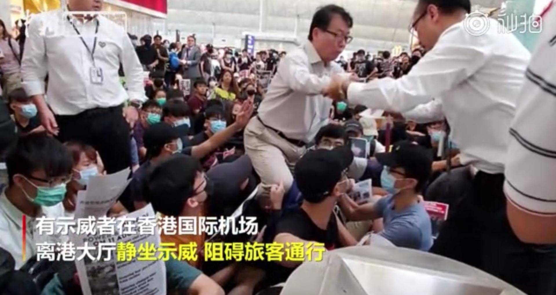 香港警方:对机场示威者严重暴力行为予以极严厉谴责 已拘捕5名男子