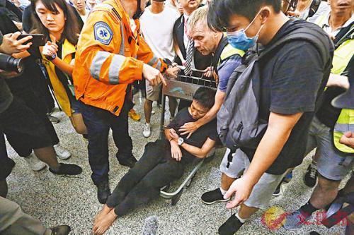 """香港暴徒围殴内地旅客 外媒救人称袭击如""""黑帮"""""""