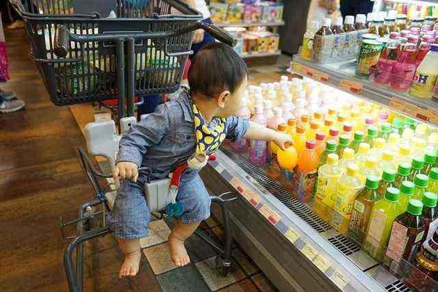 爷爷带孙子逛超市,孩子把鸡蛋全打碎,爷爷的话让店员一时语塞