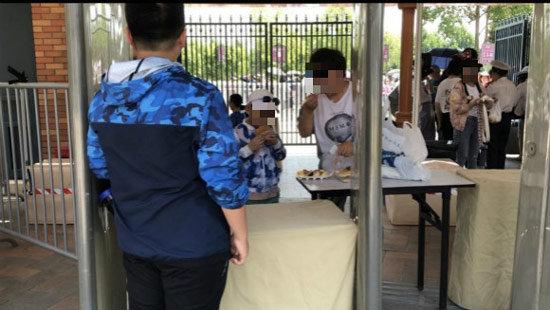 """人民网四问上海迪士尼:翻包、""""双标"""",凭什么?!"""